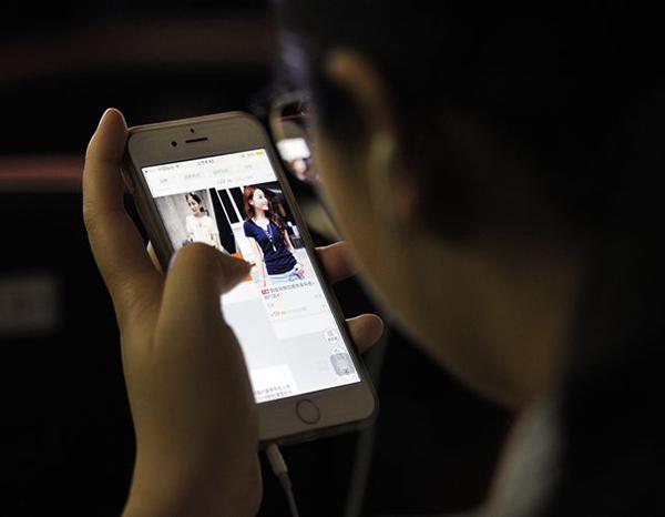 正在使用手机购物的消费者。 视觉中国