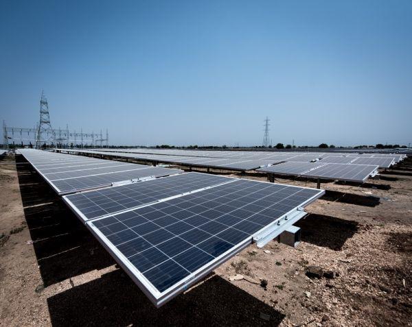 资料图片:这是在印度南部城市海德拉巴附近拍摄的一处光伏电站。中国企业为该电站提供了部分太阳能面板组件和全套的自动日照追踪支架系统。新华社记者毕晓洋摄