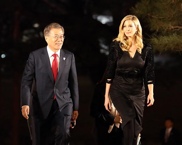 当地时间2018年2月23日,韩国首尔,韩国总统文在寅设宴款待伊万卡·特朗普。视觉中国 图