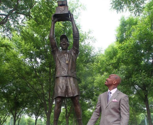马布里和自己的铜像。