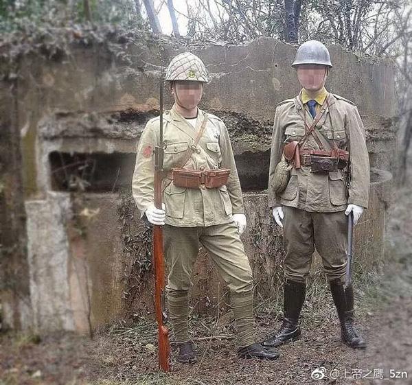 两名男子身着侵华日军军装在南京紫金山抗战遗址摆拍合影