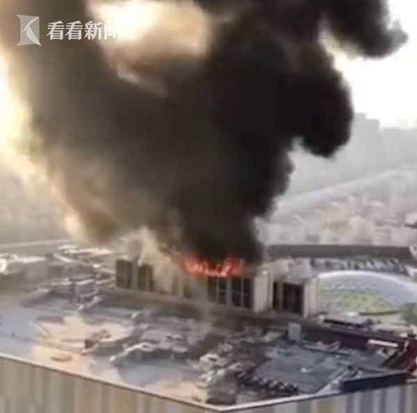视频|南京金鹰世界空调外机起火 明火被扑灭无人伤亡