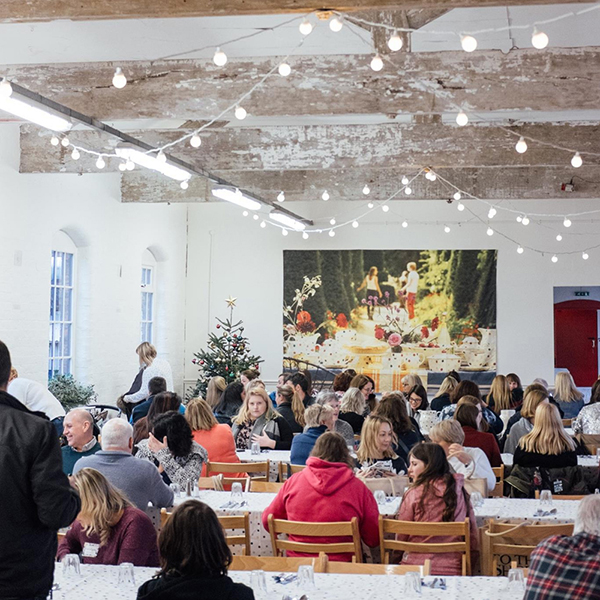 艾玛·布里奇沃特瓷器品牌举办的会员活动。图片来自艾玛·布里奇沃特瓷器官方网站。