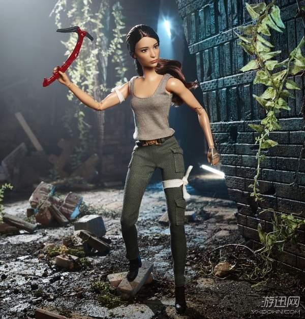 """《古墓丽影》推出""""劳拉""""芭比娃娃 手拿登山斧很强势"""