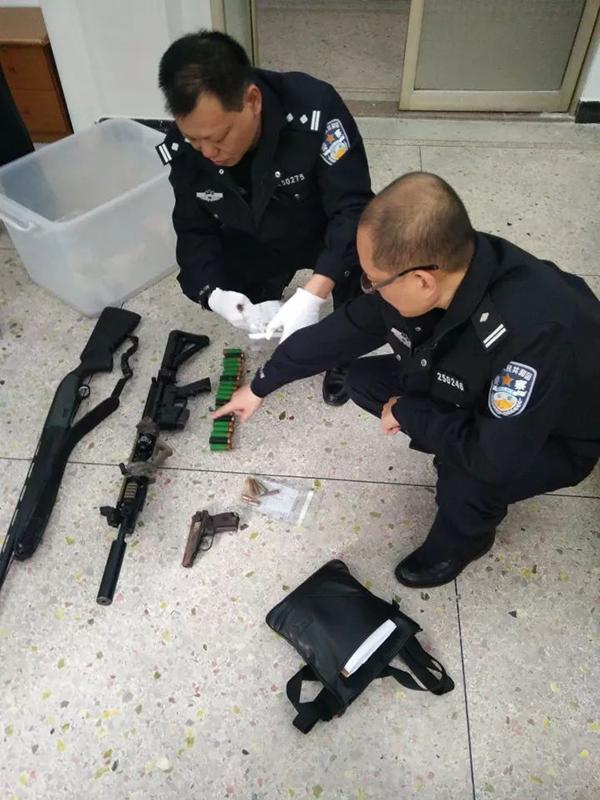 警方缴获的枪支子弹。 欧汉华 摄