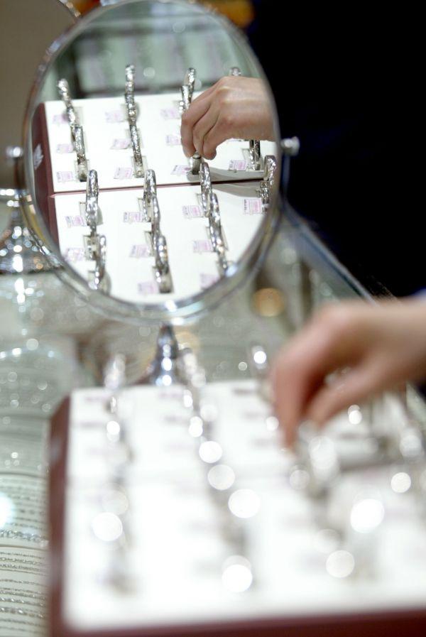 图为中国商店柜台中的铂金手镯。新华社发