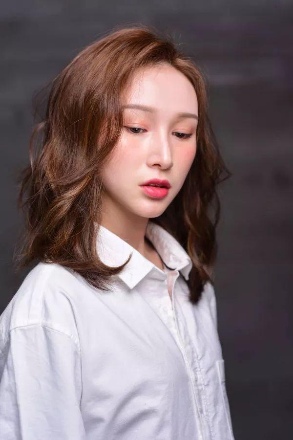发型亮点是侧面偏分的反翘刘海,会让客人显得更加妩媚动人.图片