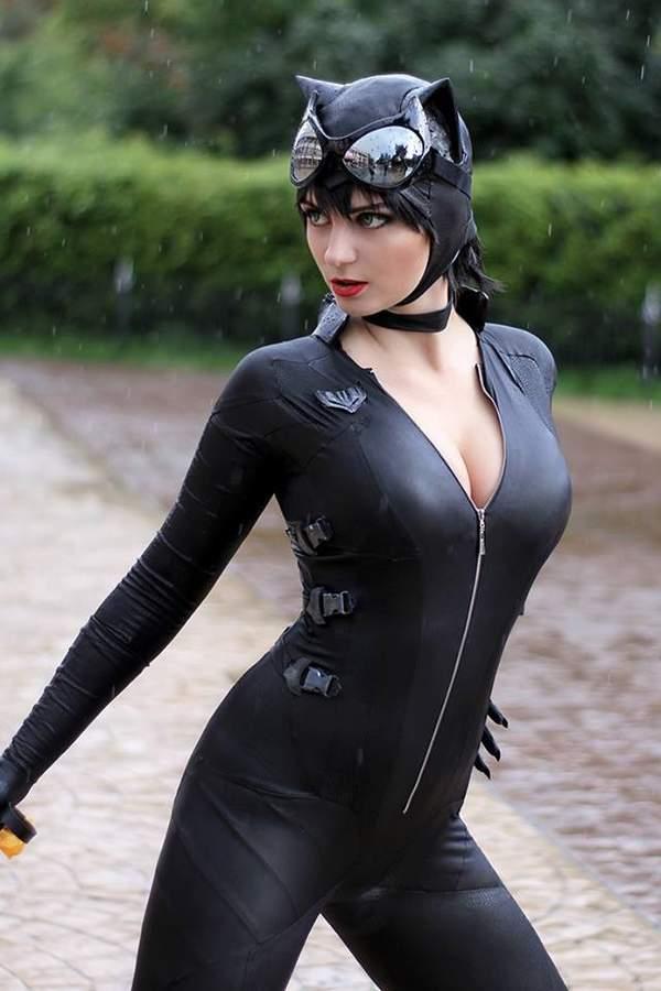 俄罗斯美女COS性感猫女 紧身衣凸显魔鬼身材,风姿撩人