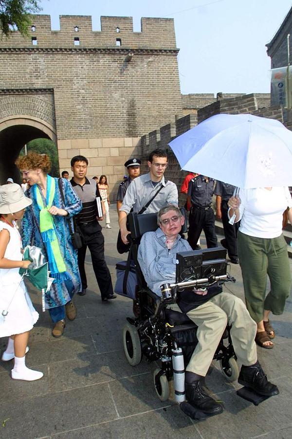 2002年8月21日,当今世界上最重要的广义相对论家和宇宙家斯蒂芬?霍金参观了北京八达岭长城。 视觉中国 资料图