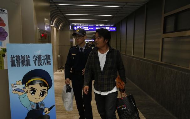海外网12月10日电 9日下午,在台湾华航由桃园机场飞往曼谷的CI-835班机上,3名日本乘客喝酒后耍酒疯闹,被制止后公然抽烟,不听空姐劝阻无理取闹。目前,三人被警方带走。日本网友称,日本人的脸都被丢尽了。   据台湾《自由时报》报道,台湾华航由桃园机场飞往曼谷的CI-835班机,于9日下午1时56分起飞,原已飞过澎湖西南海域,但机上3名日本乘客疑因酒后闹事,企图点火抽烟,不听制止、更出手攻击空服人员。班机因而紧急折返,3人由航警带下飞机调查,晚上6点才重新起飞,行程延误4小时,共影响260名旅