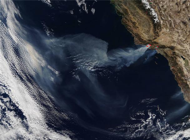美国国家航空航天局Terra卫星于2017年12月06日拍摄的加州火情,图像显示,火势已经蔓延至太平洋沿岸,大火产生的烟雾深入到海洋上空。