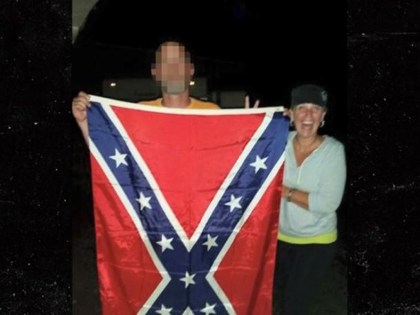 金伯莉(右)与联邦旗合影