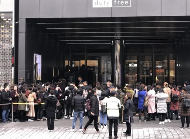 12月1日,中国游客在济州新罗免税店外排起40米长队