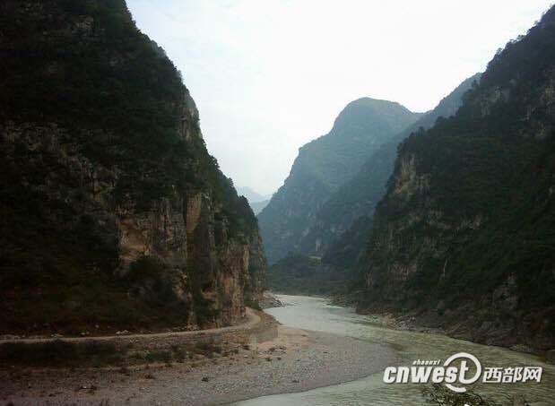 2003年拍摄于宝成线109老隧道峡谷。(受访者供图)