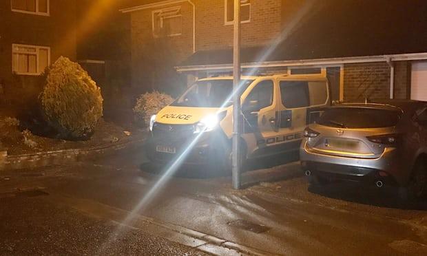 英国警车停在斯克里帕尔家门外。(图片来源:《卫报》)