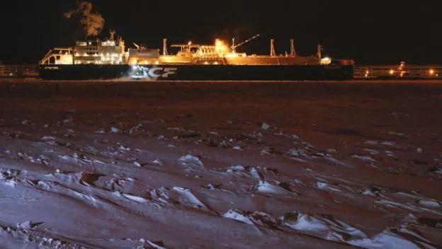 ▲2017年,一艘俄罗斯油轮第一次在没有破冰船护航的情况下,从挪威经北极通道抵达韩国。(BBC)