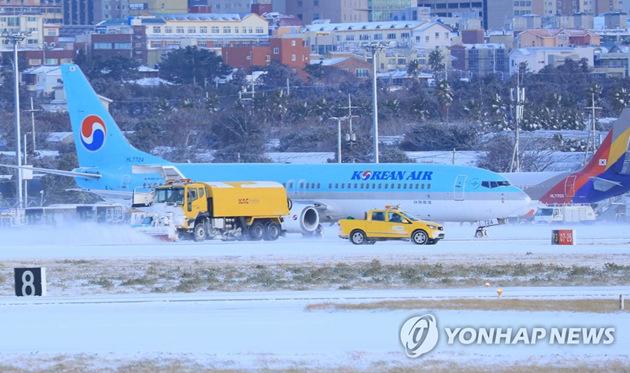暴雪突袭济州岛五千名乘客滞留机场