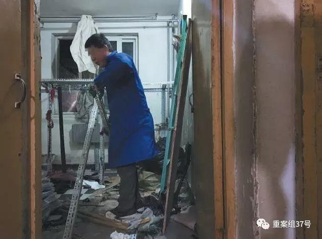 ▲11 月29 日,丰台区大红门海户屯北区地下室一个库房,男子正在拆除货架。 新京报记者 大路 摄