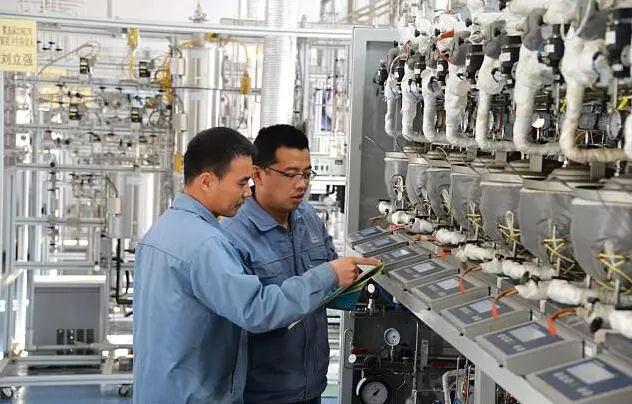 ▲中国研究人员正在对由餐饮废油制成的生物航煤进行检验。