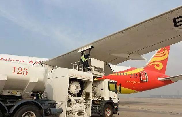 ▲在北京首都国际机场,地勤人员正在检查加好油的飞机。