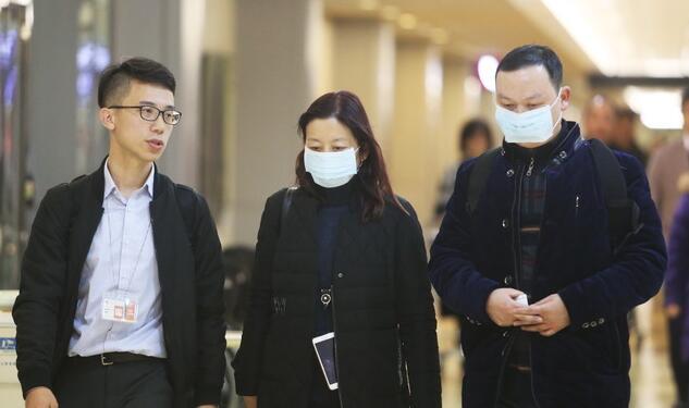 花莲震灾罹难者杨丽蓉的妹妹杨丽芳(中)及丈夫孟琳(右)赶来台湾善后。