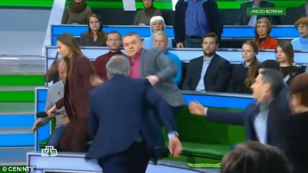 俄罗斯政论脱口秀节目中,主持人与嘉宾大打出手。(图片来源:俄罗斯卫星通讯社)