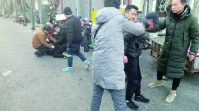抓住窃贼后,这些警察为何向着摄像头敬礼?背