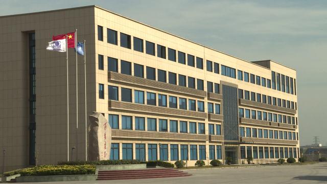 莎普爱思厂区内的质检和科研大楼。新华社记者李涛 摄