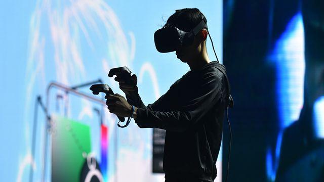 艺术家在深圳举行的2017全球创新者大会上展示使用虚拟现实(VR)技术作画。图片来源:新华社