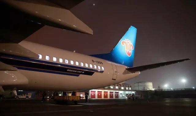 12月2日、3日,南航两架全新波音737MAX和一架波音738飞机先后抵达乌鲁木齐国际机场,这是最新版737MAX机型首次落户西北地区。     这也是南航首次在新疆市场投入737MAX机型,预计到明年初,南航在疆运行的737MAX飞机将达到四架。