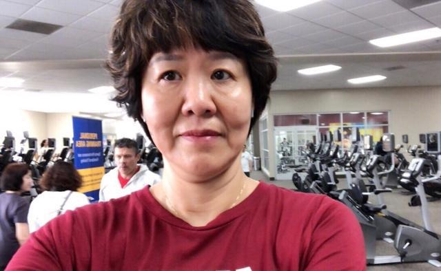 郎平在微博晒出的健身房自拍照