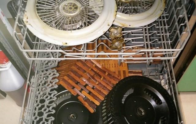 使用洗碗机清洁油烟机部件