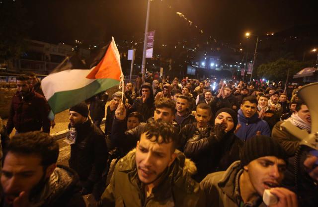 12月6日,巴勒斯坦人聚集在约旦河西岸城市纳布卢斯,抗议美国总统特朗普宣布承认耶路撒冷为以色列首都。(新华社发 艾曼摄)