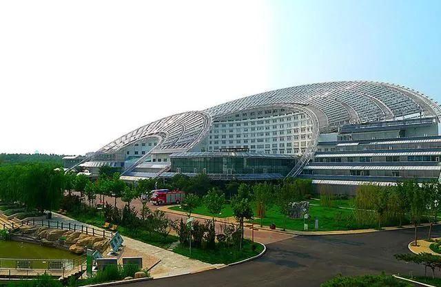 """▲坐落于山东德州的""""日月坛微排大厦"""",建成时是全球最大太阳能办公大楼。"""