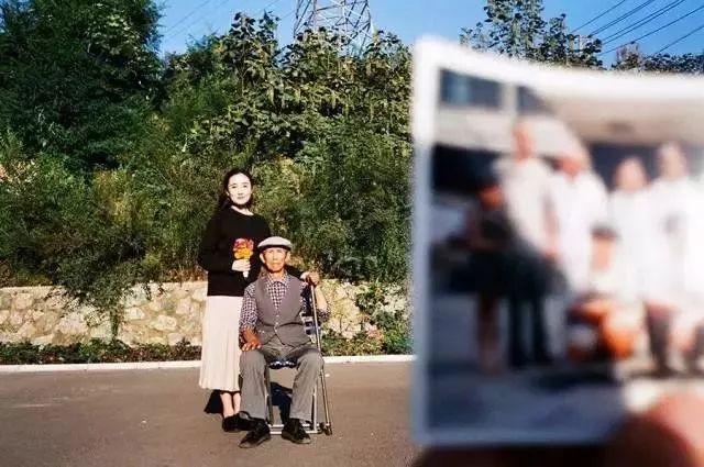 石勐尧和爷爷的照片。她和爷爷拍了400多张合照,记录了爷爷人生的最后7年。受访者供图