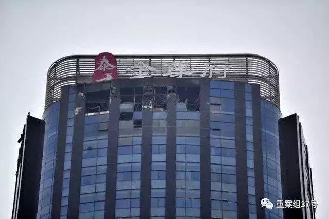▲失火的38层公寓楼顶部受损严重。 新京报记者 王嘉宁 摄