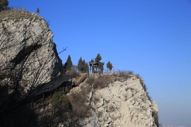 金鸡岭景区以东,东临平顶山景区,南临蚰蜒山景区,是千佛山风景名胜区