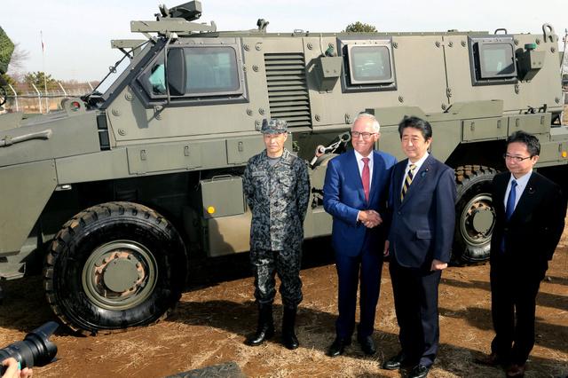 日澳首脑共同视察日本陆上自卫队习志野演习场(来源:日本《朝日新闻》)