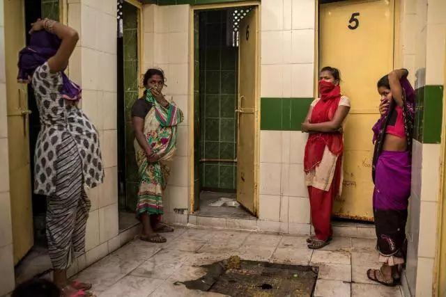 ▲在功能单一数量稀缺的厕所前排队等待的印度妇女,因难以忍耐的臭味捂住口鼻(来源:国家地理杂志)