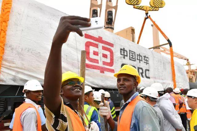 ▲资料图片:2017年1月11日,由中国路桥工程有限责任公司承建的蒙巴萨-内罗毕铁路(简称蒙内铁路)项目首批货运机车到港接收仪式,在铁路起点肯尼亚的赖茨港站举行。