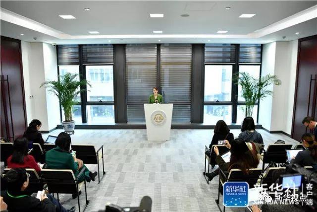亚投行新闻发言人欧若拉在发布会上介绍情况并答记者问(2017年3月23日摄)。新华社记者 李鑫 摄