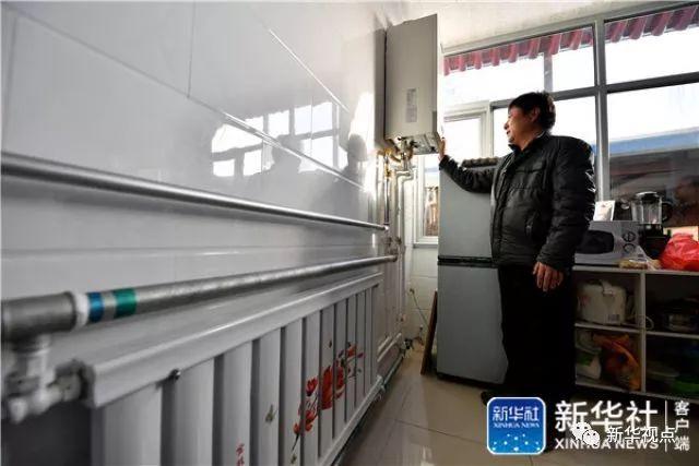 2018年1月16日,北京市通州区西集镇郎东村村民刘红江在家中调节天然气设备。北京煤改气项目是亚投行对华投资的第一个项目。新华社记者 李鑫 摄