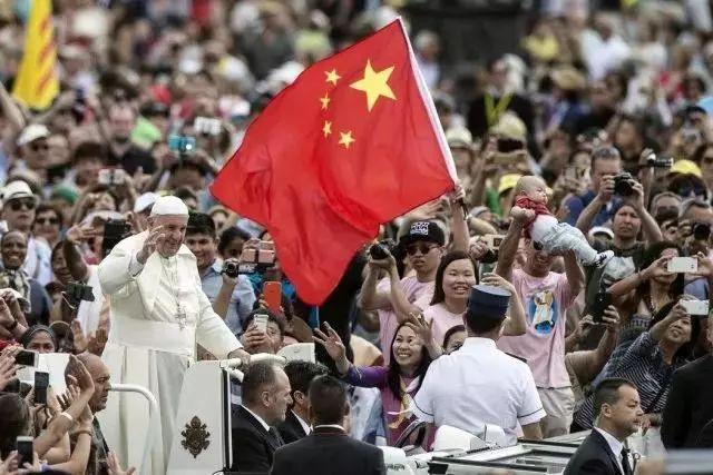 ▲2016年6月,圣彼得广场上,有人在教皇方济各身畔挥舞着中国国旗(图片来源:《纽约时报》网站)