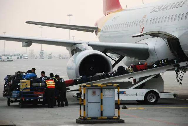 目前,国内航空公司对于国内航班的赔偿标准是,如托运行李被损坏或丢失