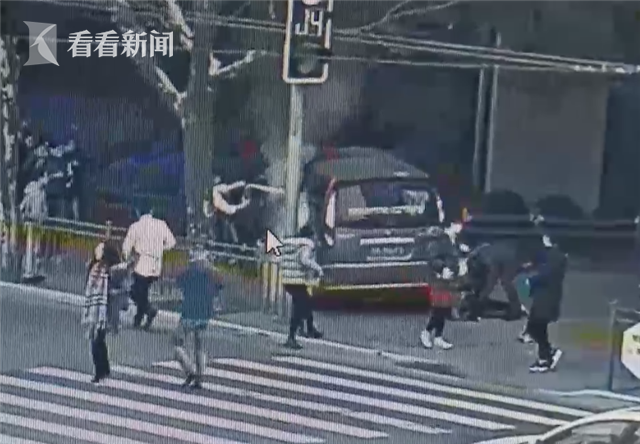 视频|模子!南京西路车祸中两名店员不惧危险灭火救人