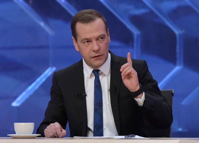 2016年12月15日,俄罗斯总理梅德韦杰夫在首都莫斯科接受电视台专访。(新华/路透)