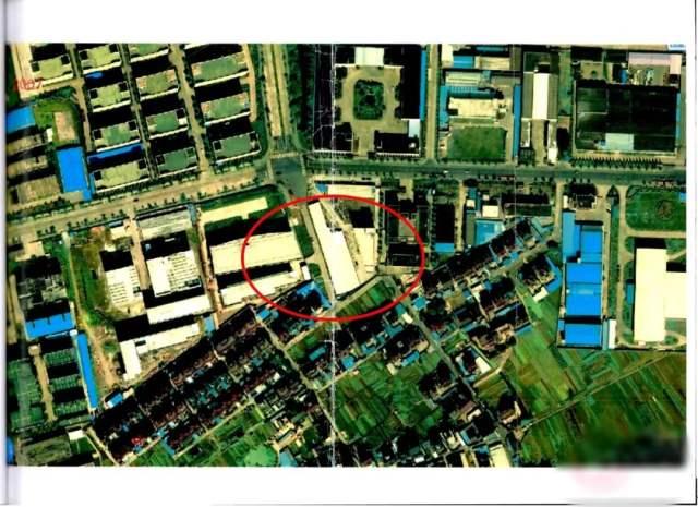 ↑2007年的卫星图显示,该地块上搭建了简易钢棚