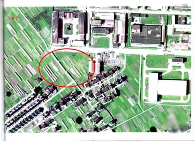 ↑2001年的卫星图显示,该地块为一片农田