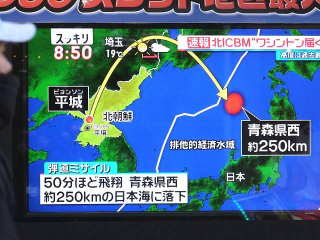 11月29日,日本东京,电视屏幕播放着朝鲜试射弹道导弹的新闻。(新华/法新)