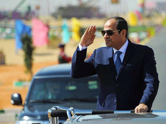 10月29日,苏伊士,埃及总统塞西在军队新装备展示仪式上检阅部队。(新华/路透)